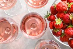 Exponeringsglas av jordgubbevin royaltyfri bild