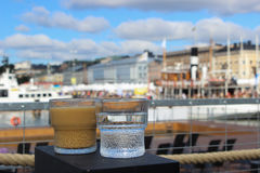 Exponeringsglas av kaffe och vatten arkivbild