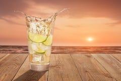 Exponeringsglas av kall plaskande lemonad royaltyfri foto