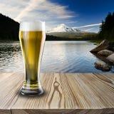 Exponeringsglas av kallt öl Arkivbild