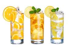 Exponeringsglas av kallt iste och lemonad dricker den isolerade samlingen Royaltyfri Foto