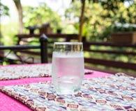 Exponeringsglas av kallt vatten royaltyfri bild