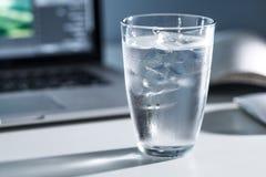 Exponeringsglas av kallt vatten Arkivfoton