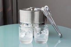 Exponeringsglas av kallt vatten och is med den rostfria hinken Arkivfoton