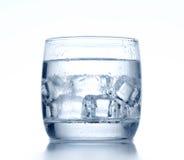 Exponeringsglas av kallt vatten och is på bakgrund arkivfoto