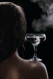 Exponeringsglas av kokande vatten på skuldran av flickan Arkivbilder