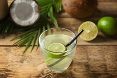 Exponeringsglas av kokosnötvatten med limefrukt royaltyfri foto