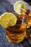 Exponeringsglas av konjak med citronen Royaltyfri Foto