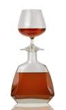 Exponeringsglas av konjak och en flaska Royaltyfri Fotografi