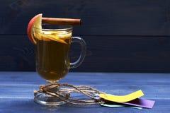 Exponeringsglas av läcker glintwein med etiketter Arkivbilder