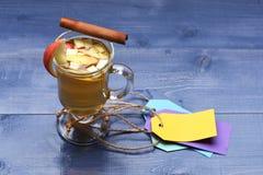 Exponeringsglas av läcker glintwein med etiketter Royaltyfri Bild