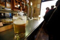 Exponeringsglas av öl i en stång av Cadalso de los Vidrios, Madrid, Spanien Fotografering för Bildbyråer