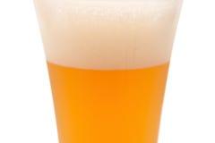 Exponeringsglas av öl i kopp med den snabba banan Royaltyfria Bilder