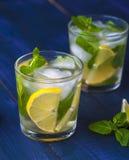 Exponeringsglas av lemonad med citronen, limefrukt och mintkaramellen royaltyfria bilder