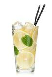 Exponeringsglas av lemonad med citronen och mintkaramellen royaltyfri foto