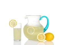 Exponeringsglas av lemonad med kannan Arkivfoto