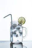 Exponeringsglas av lemonad och is Royaltyfria Foton
