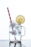 Exponeringsglas av lemonad och is Royaltyfri Foto