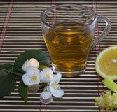 Exponeringsglas av limefruktte med ett citronslut upp Arkivbilder