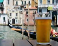 Exponeringsglas av ljust öl i Venedig royaltyfri foto
