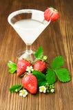 Exponeringsglas av margaritan med nya jordgubbar Arkivfoto