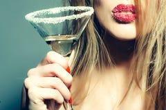 Exponeringsglas av martini i kvinnliga händer Fotografering för Bildbyråer