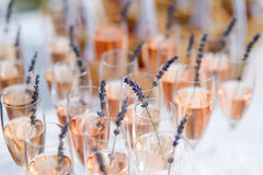 Exponeringsglas av med champagne som dekoreras med lavendel Arkivbild