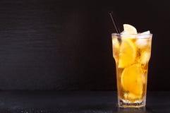 Exponeringsglas av med is te för citron Arkivfoto
