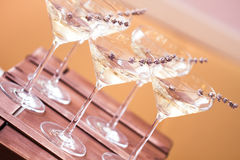 Exponeringsglas av med vit champagne dekorerade med lavendel Royaltyfria Foton