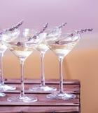 Exponeringsglas av med vit champagne dekorerade med lavendel Arkivbilder