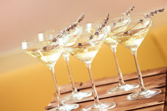 Exponeringsglas av med vit champagne dekorerade med lavendel Royaltyfri Bild