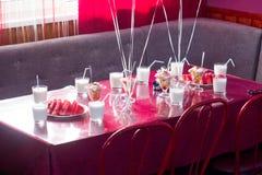 Exponeringsglas av milkshakar är på tabellen royaltyfri foto