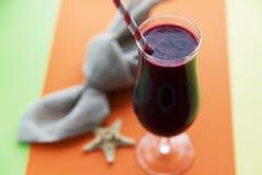 Exponeringsglas av milkshake eller coctailen för svart vinbär på apelsinen arkivbilder