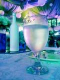 Exponeringsglas av mineralvatten eller vin Arkivbild