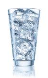 Exponeringsglas av mineralvatten med is Med den snabba banan Royaltyfri Bild