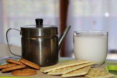 Exponeringsglas av mjölkar, kaffe och cokies royaltyfri fotografi