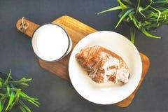 Exponeringsglas av mjölkar med en giffel på tabellen Arkivfoto