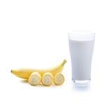 Exponeringsglas av mjölkar och bananen royaltyfria bilder