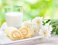 Exponeringsglas av mjölkar och den nya tårtan Royaltyfri Fotografi