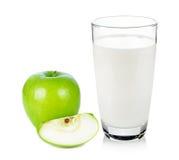 Exponeringsglas av mjölkar och gör grön äpplet Royaltyfria Foton