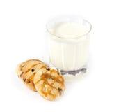 Exponeringsglas av mjölkar och havremjölkakor med karamell Royaltyfri Bild