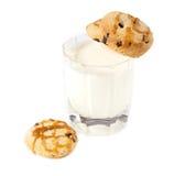 Exponeringsglas av mjölkar och havremjölkakor med karamell Royaltyfri Fotografi