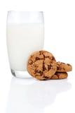 Exponeringsglas av mjölkar och kakor arkivbilder