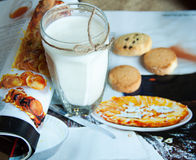 Exponeringsglas av mjölkar och kakor Royaltyfri Fotografi