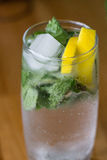 Exponeringsglas av mohito med citronen och mintkaramellen royaltyfri foto