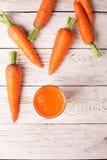 Exponeringsglas av morotfruktsaft Arkivfoto