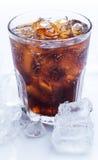 Exponeringsglas av ny cola över den vita bakgrunden Royaltyfri Fotografi