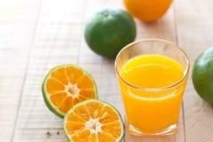 Exponeringsglas av ny orange fruktsaft på träbakgrund Royaltyfri Fotografi