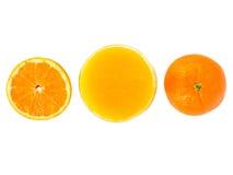 Exponeringsglas av nya orange fruktsaft- och apelsinfrukter Royaltyfri Bild
