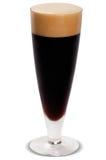 Exponeringsglas av nytt öl med locket av skum som isoleras på vit backgroun Royaltyfri Bild